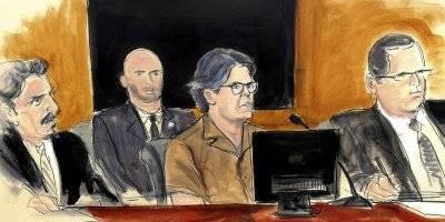 Bosquejo artístico del 13 de abril de 2018 de Keith Raniere, (al centro), líder del grupo NXIVM, durante una audiencia judicial en Brooklyn, Nueva York.