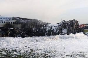 Ira contra sobreviviente del avión ruso incendiado porque habría bloqueado la salida para salvar su equipaje
