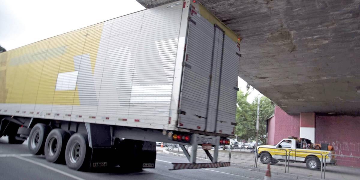 Um caminhão entala a cada dois dias em um viaduto de São Paulo