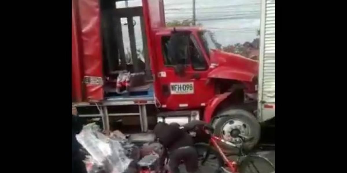 Accidente en la Calle 80 hace que personas saqueen un camión de gaseosas