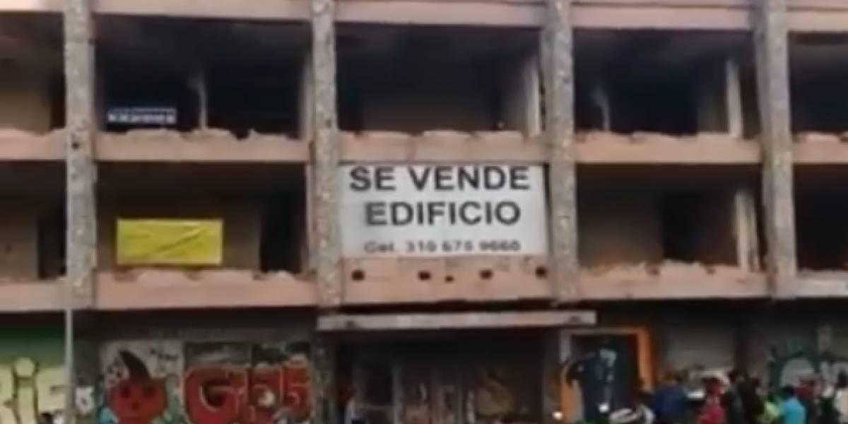 En video: Dolorosa coincidencia: Salió a pasear y un muro de un edificio le cayó encima