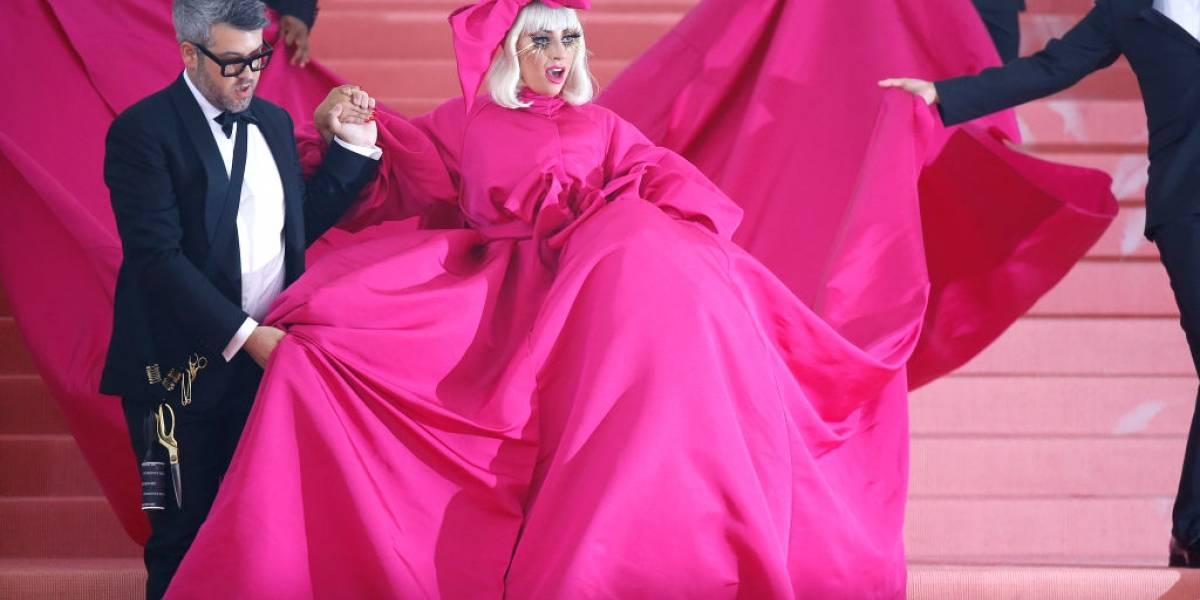 Lady Gaga aparece com look estilo 'boneca russa' no tapete do MET Gala; assista a transformação