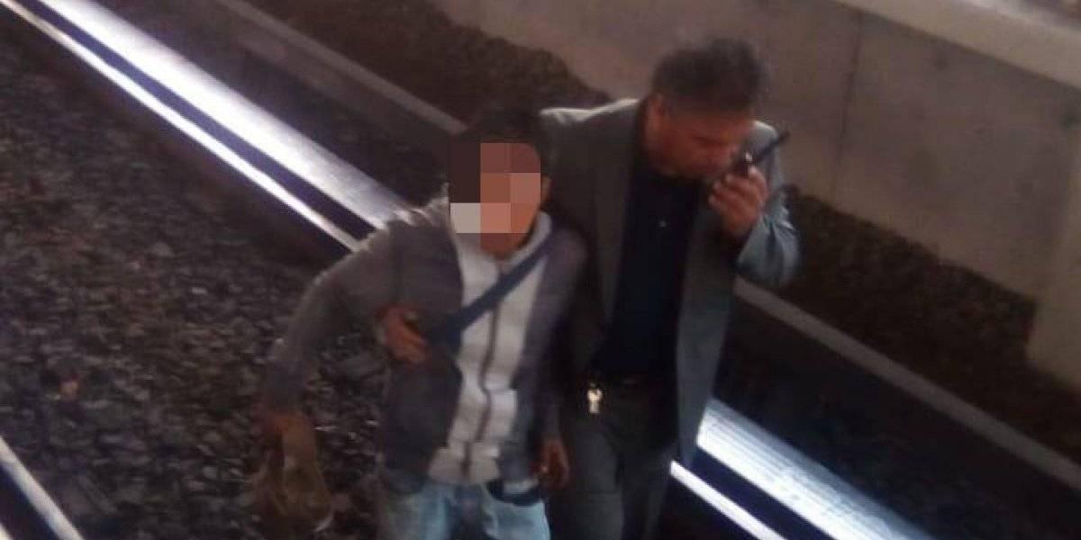 Intenta robar un celular en el Metro... ¡pero cae a las vías!