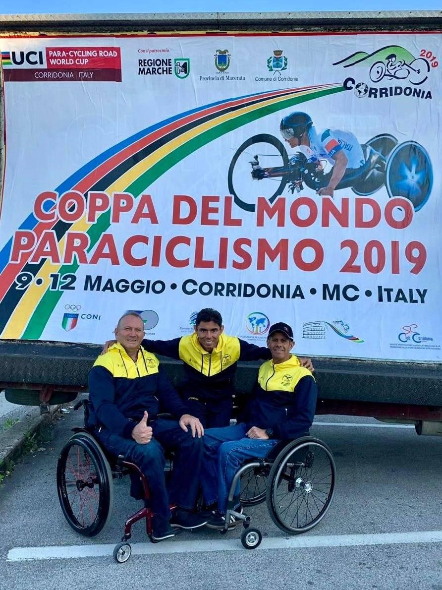De izq. a Der.: Esteban Ortiz, Alexander Salazar (entrenador) y Patricio Holguín.