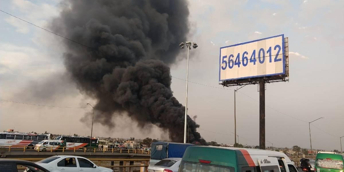 Se registra fuerte incendio frente a Metro Río de los Remedios