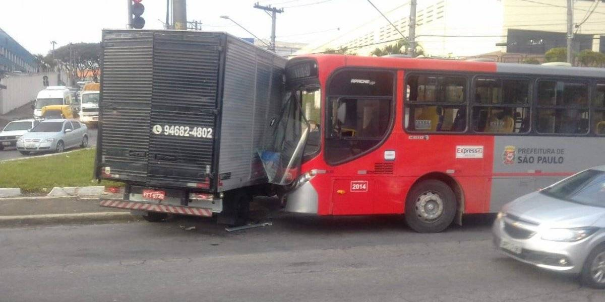 Caminhão de carga fica preso após colidir com ônibus em São Mateus