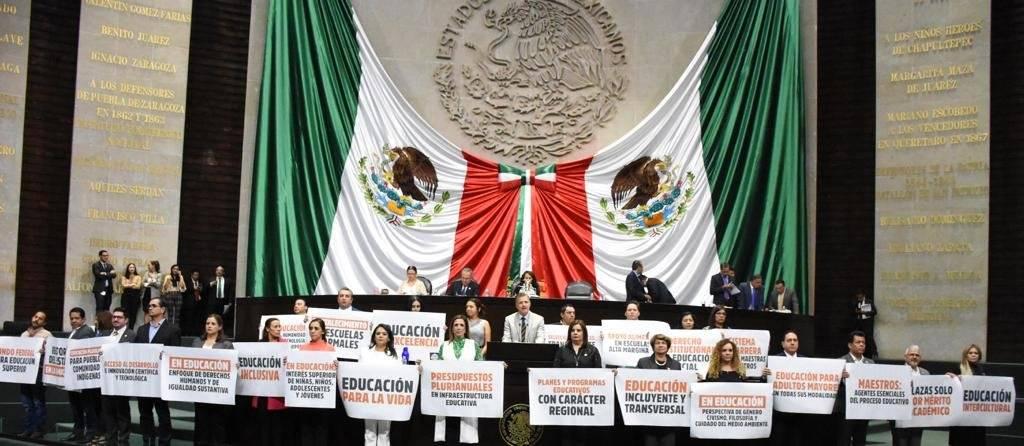 Durante la discusión del dictamen integrantes del PAN y PRI se manifestaron en tribuna. Foto: Cortesía Comunicación Cámara de Diputados.