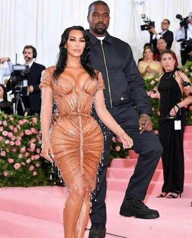 Video Exhiben A Kim Kardashian Usando Una Faja Para Entrar