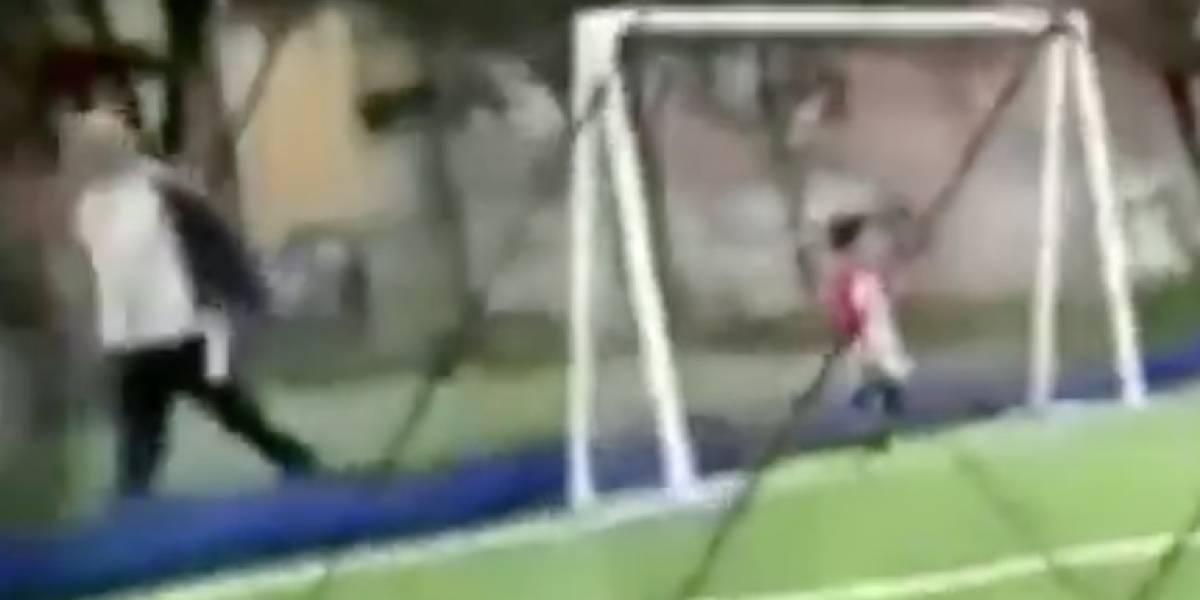 """Video: """"Venga sino lo enciendo a pata"""", graban a padre insultando a su hijo porque juega mal fútbol"""