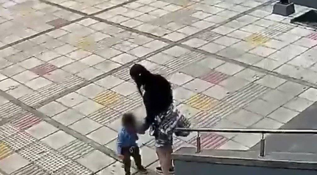 Golpea a su sobrino hasta con el zapato frente a alcaldía