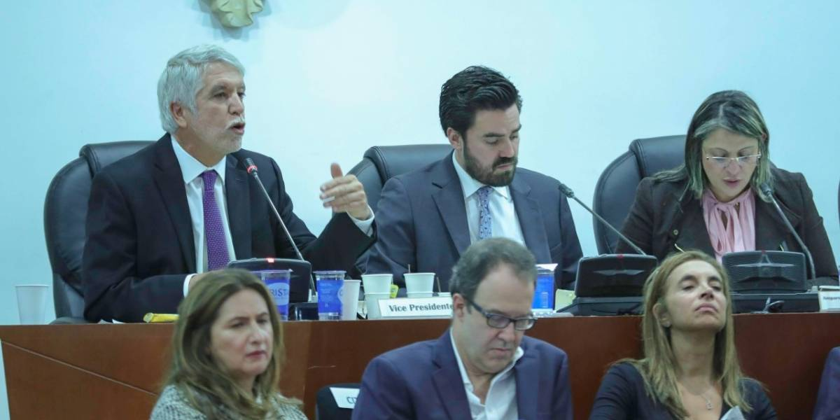 Peñalosa rindió cuentas en el Congreso por TransMilenio en la Carrera Séptima