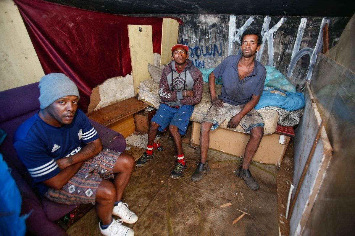 Moradores improvisam casa embaixo de viaduto Ari Paleta/Metro
