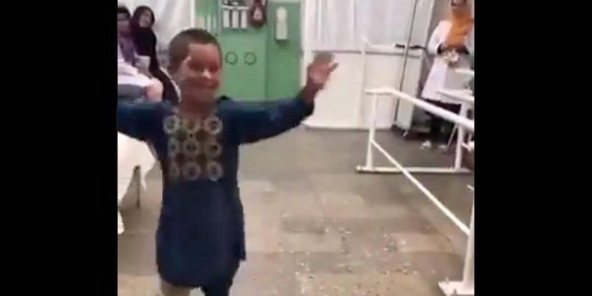 """""""La alegría de la vida gana de los horrores de la guerra!"""": el baile de niño afgano que recibió nueva prótesis de su pierna conmueve al mundo"""