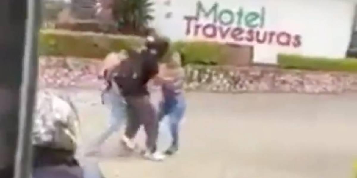 (VIDEO) Dos mujeres pelearon a la entrada de un motel en Cali y un hombre no logra separarlas