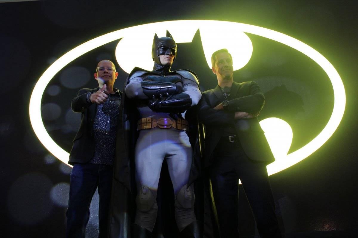 El superhéroe posó con el director editorial de Smash Cómics y TGB Axel Amézquita
