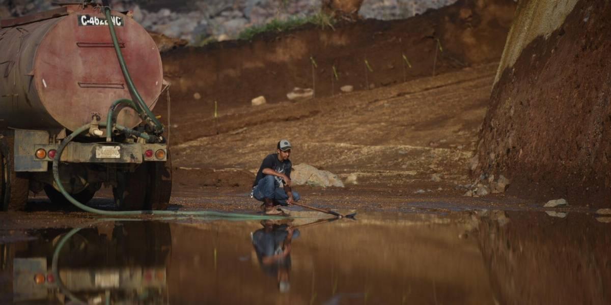 EN IMÁGENES. Realizan limpieza en libramiento de Chimaltenango tras quedar cubierto por lodo y agua