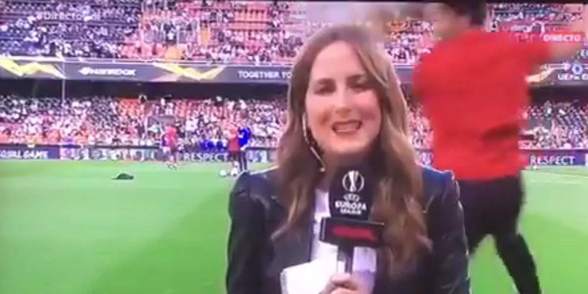 Reportera recibe balonazo en la cabeza durante la Europa League