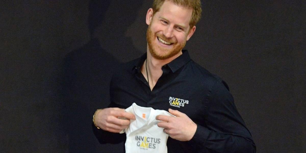 Príncipe Harry ganha roupa de bebê em primeiro dia de trabalho como pai