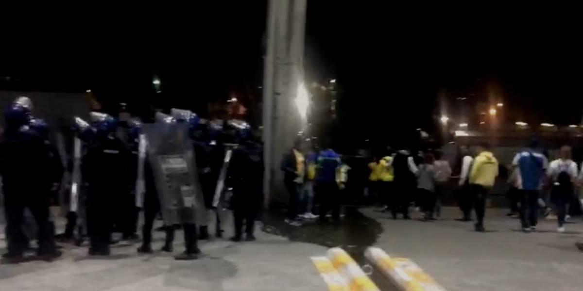 VIDEO: Aficionados y policías se enfrentan tras el Clásico joven en el Azteca