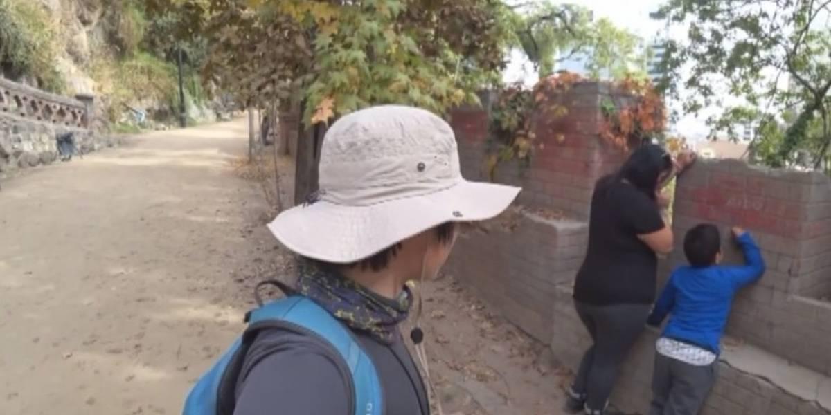 Turista coreano increpa a familia chilena por rayar cerro Santa Lucía: la respuesta de los nacionales es lamentable