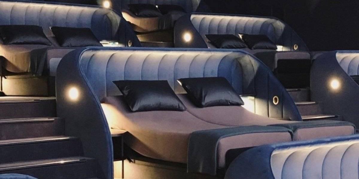 El mejor lugar para ir a ver películas de todos los tiempos: así es la sala de cine que tiene camas de doble plaza en vez de asientos