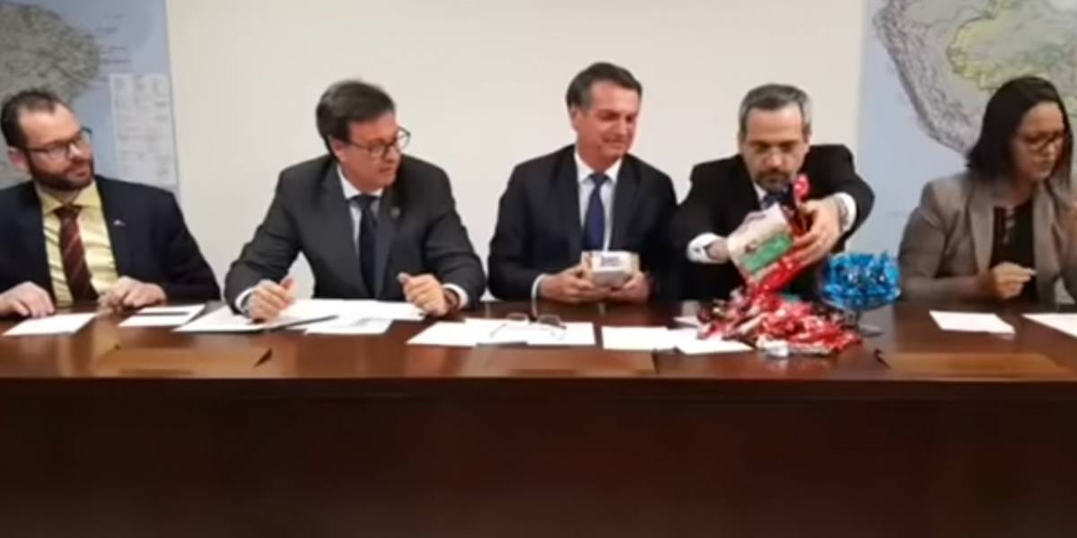 Ministro compara verba para Educação com 'chocolatinhos' em transmissão de Bolsonaro