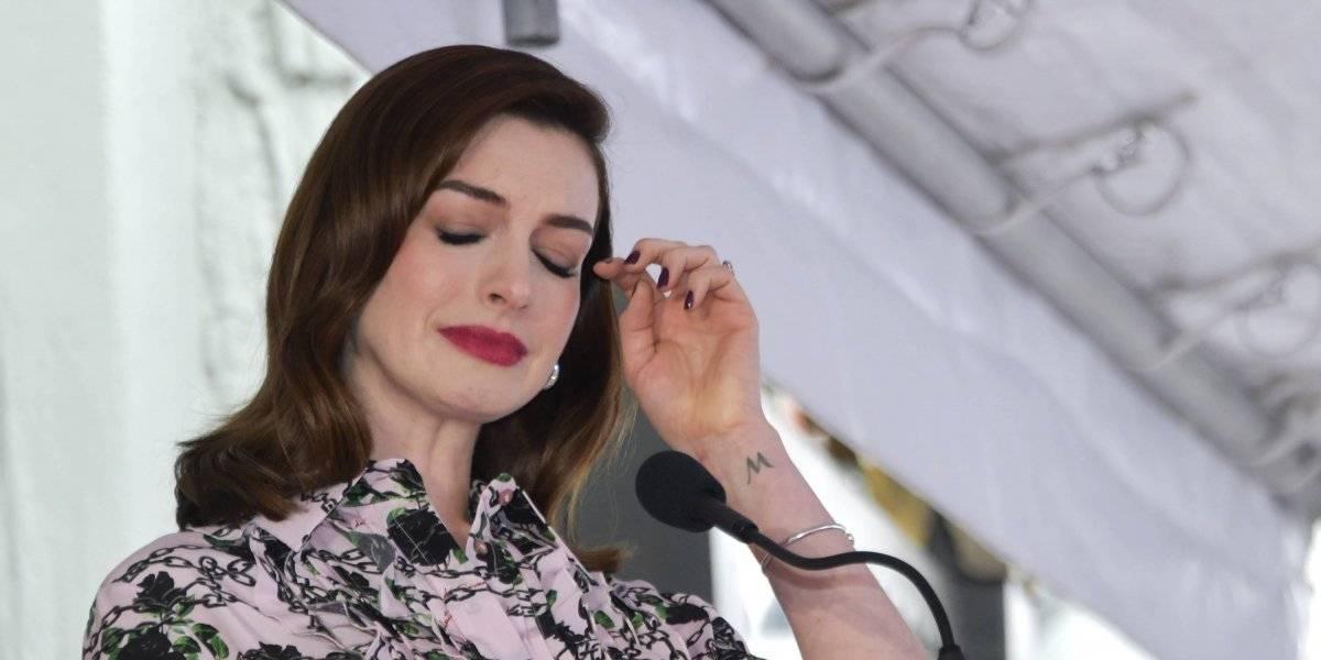 El emotivo momento en el que Anne Hathaway destapa su estrella en el Paseo de la Fama