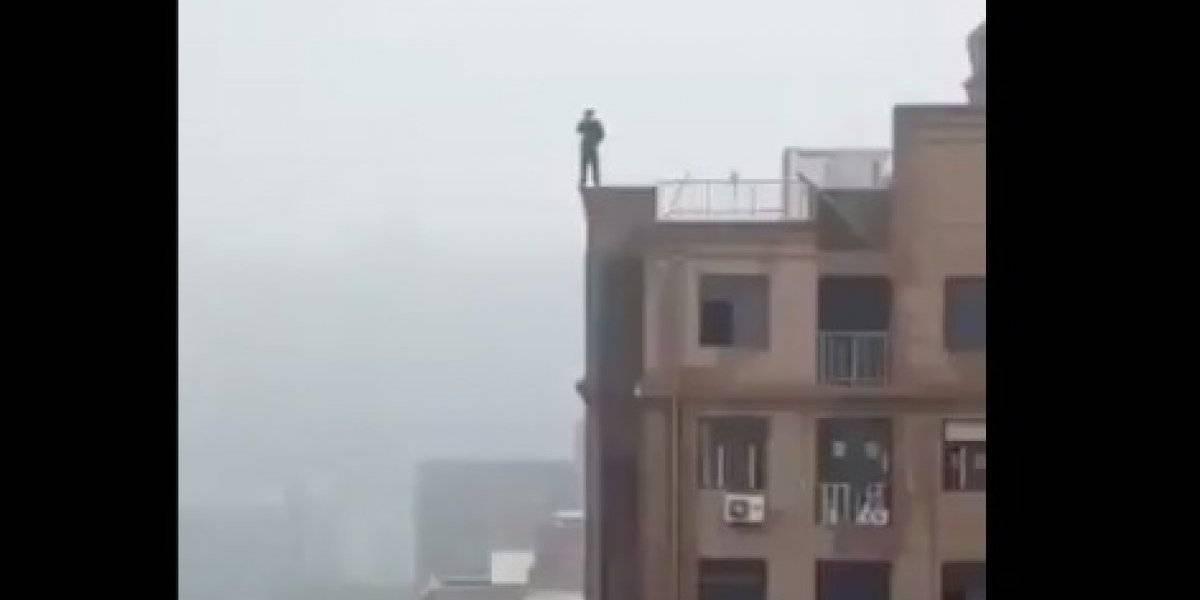 El crudo registro busca terminar con la peligrosa tendencia: hombre resbaló de lo alto de un edificio India para tener la selfie perfecta