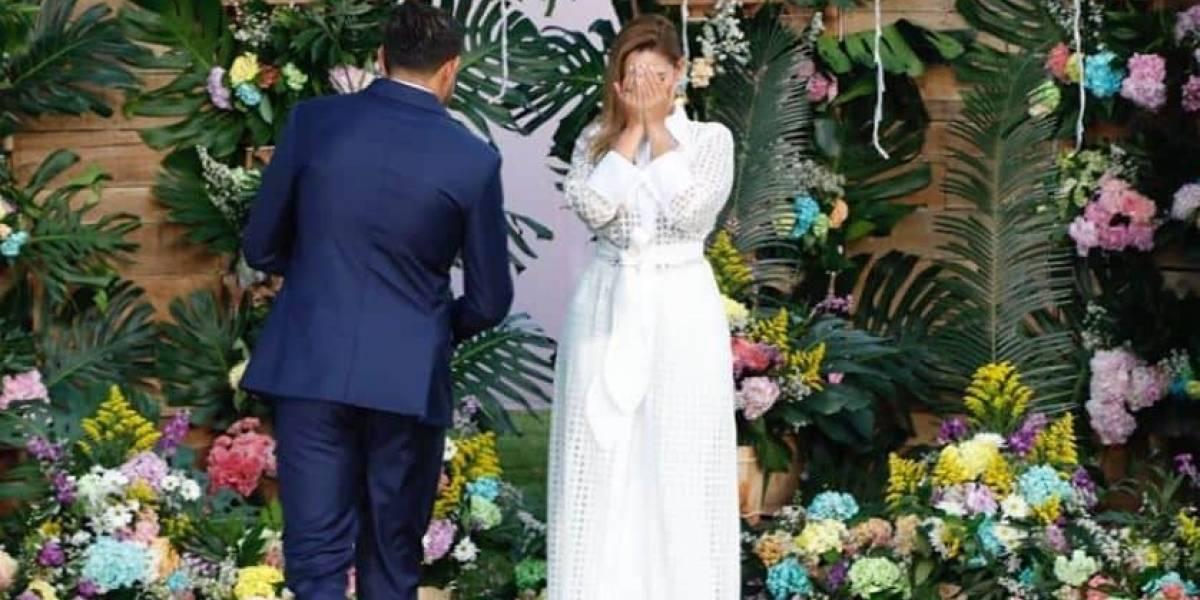 ¿Curioso error en foto donde le están pidiendo matrimonio a Melissa Martínez?