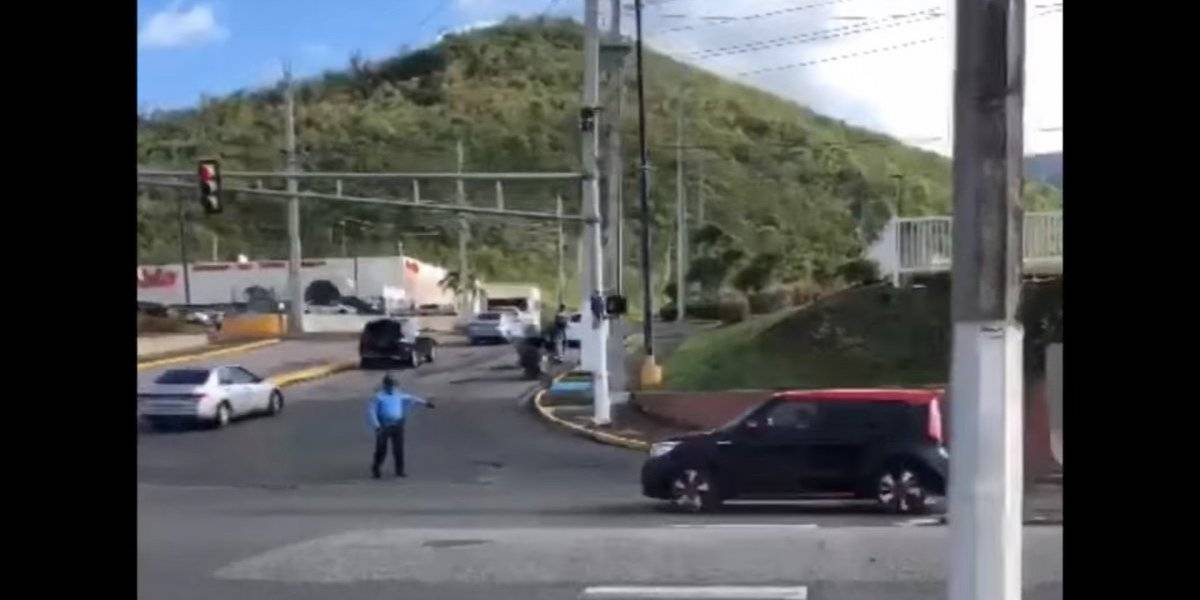 Policía detiene a dos conductores por pararse sobre cruce peatonal... ¡en menos de 10 segundos!