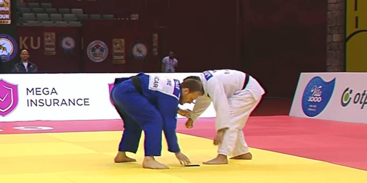 VIDEO: Judoca pierde combate por culpa de su celular