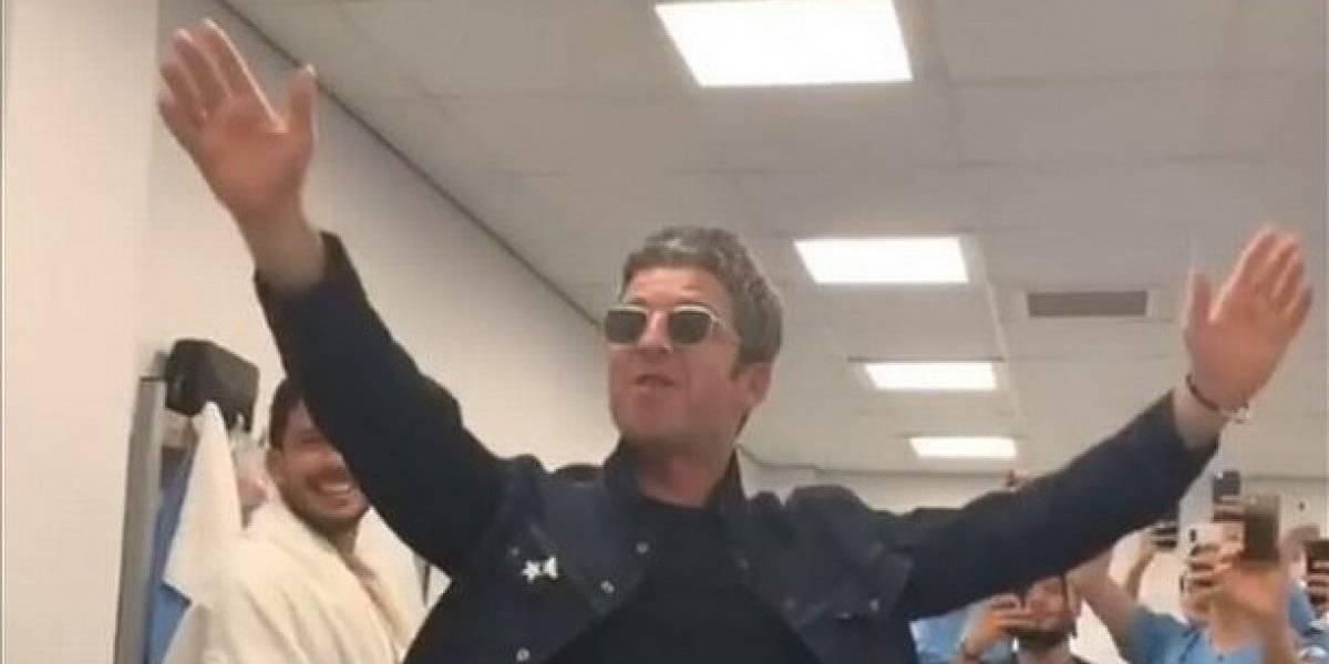 Noel Gallagher celebra con jugadores el título del Man City