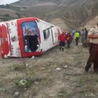 Bus se volcó en el sector Cúnquer, Carchi y dejó al menos cuatro fallecidos y 19 heridos