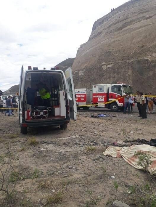 Bus se volcó en el sector Cúnquer, Carchi y dejó al menos cuatro fallecidos y 19 heridos Cortesía ACT
