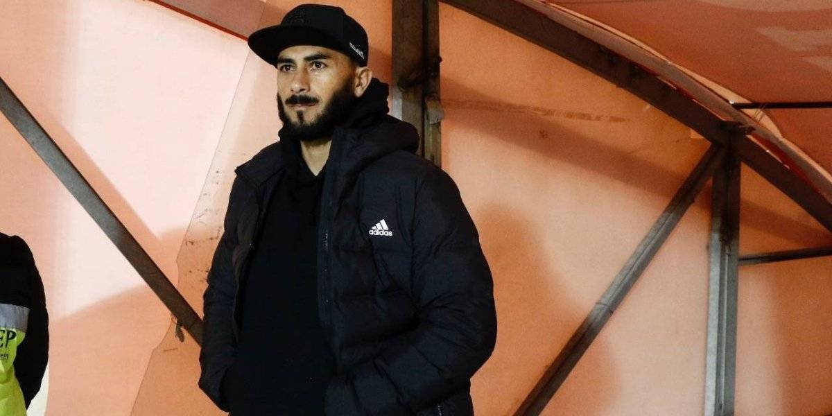 """El """"cortado"""" y motivador Johnny Herrera llegó para apoyar a la U en la fría noche del Nacional"""