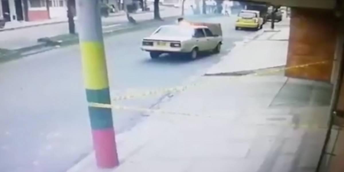 (Video) Hombre terminó envuelto en llamas al bajarse a revisar falla de su carro