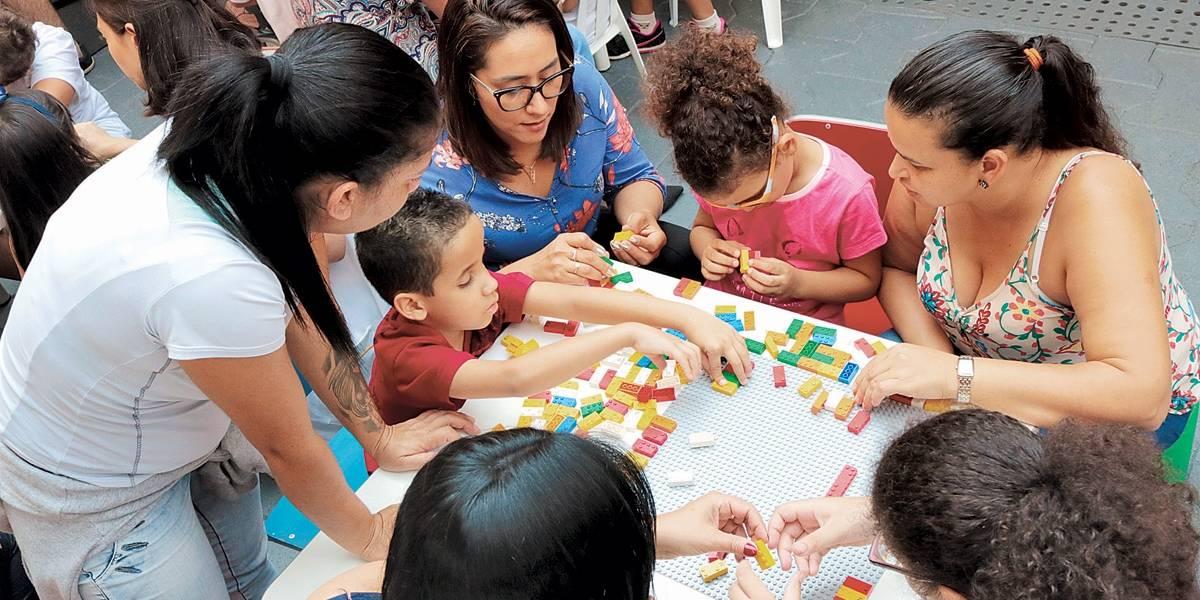 Crianças cegas aprendem braille com peças de Lego