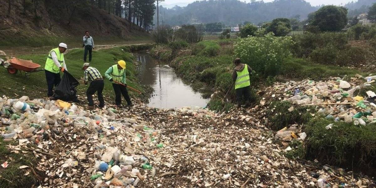 VIDEO: Más de 20 camiones de basura y plásticos son extraídos durante limpieza de río