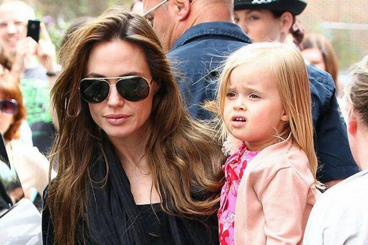 Брюки палаццо и топ на бретелях: Анджелина Джоли гуляет с дочерью Вивьен