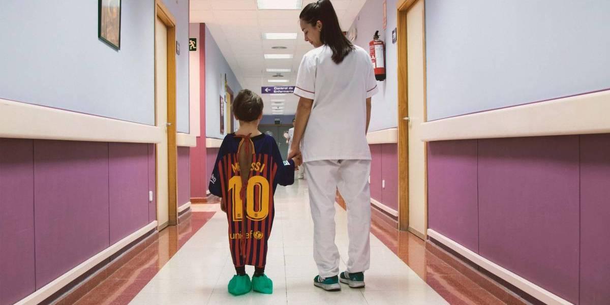 ¡Emotivo! Hospital infantil transforma camisetas de futbol en batas