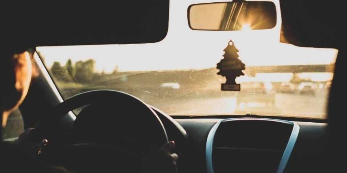 Quería llegar pronto a destino: lo atrapó la policía cuando conducía por la carretera con el cuerpo de su esposa muerta atado en el siento del pasajero