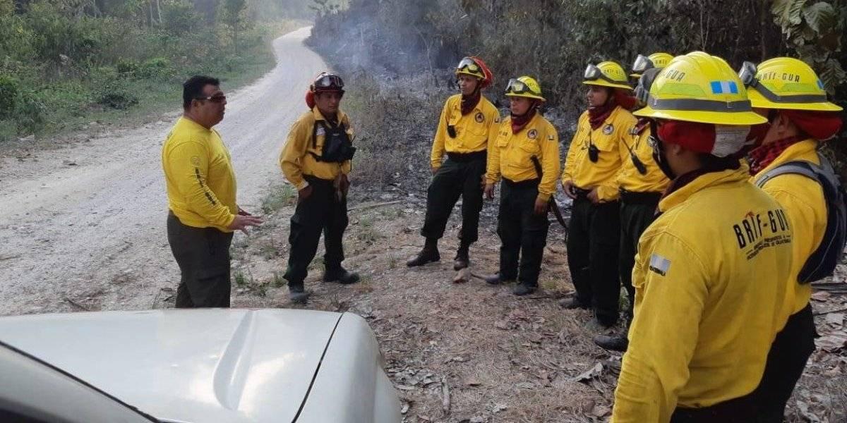 Muere bombero durante combate a incendio forestal en Petén