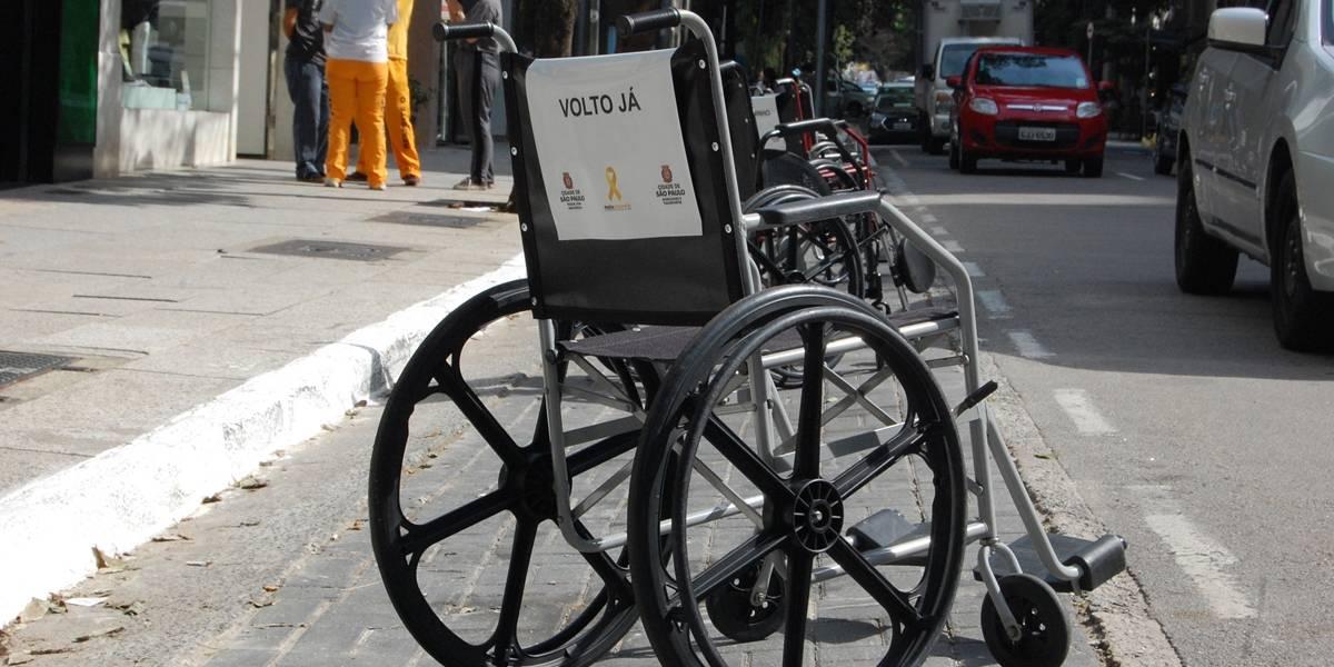'É rapidinho': Cadeiras de rodas ocupam vagas para deficientes em ação em São Paulo