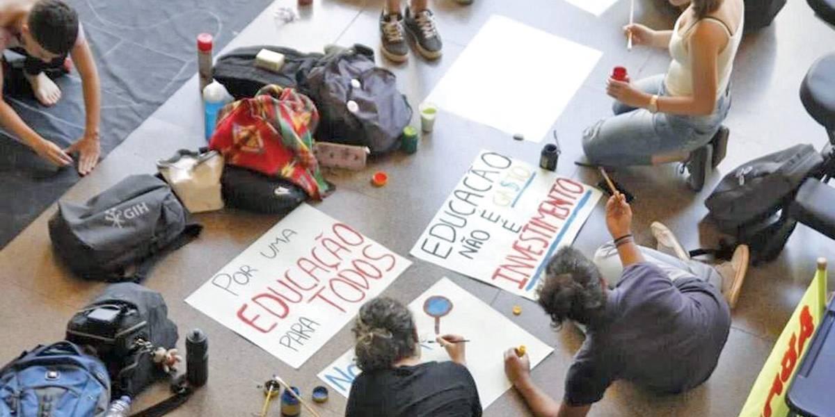 Alunos fazem atos em todo país contra cortes na Educação