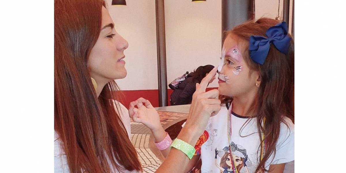 """Andrea Serna dejó callada a una seguidora que la criticó por no estar con su hija y """"pasársela viajando"""""""