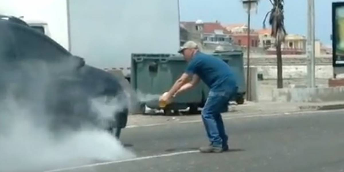 (Video) Carro se incendió mientras iba en una grúa y terminó como pérdida total