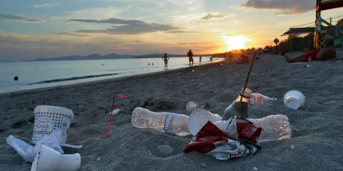 El plástico en los océanos ya está afectando a las bacterias que producen gran parte del oxígeno que respiramos