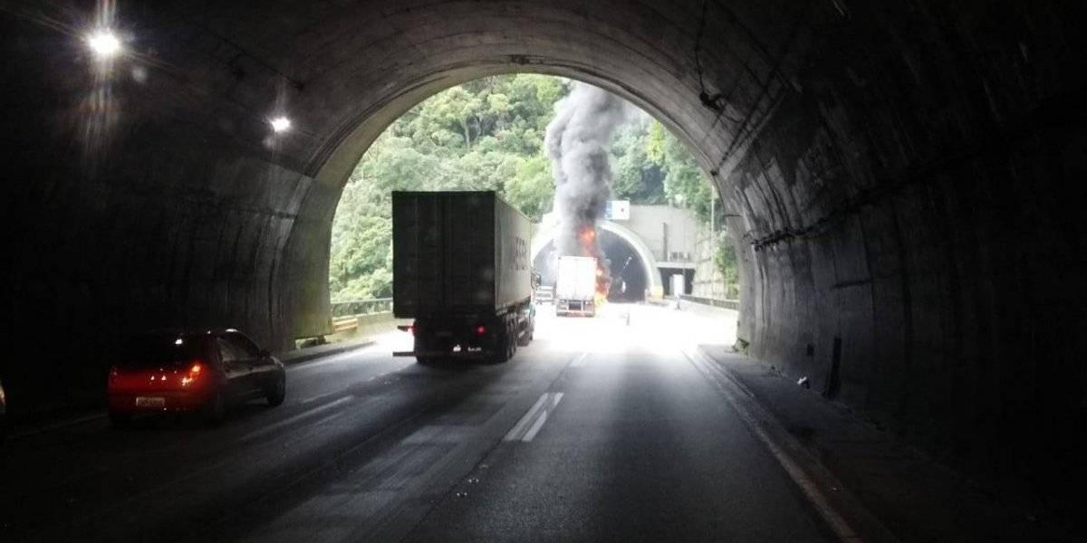 Caminhão pega fogo e provoca congestionamento na Imigrantes