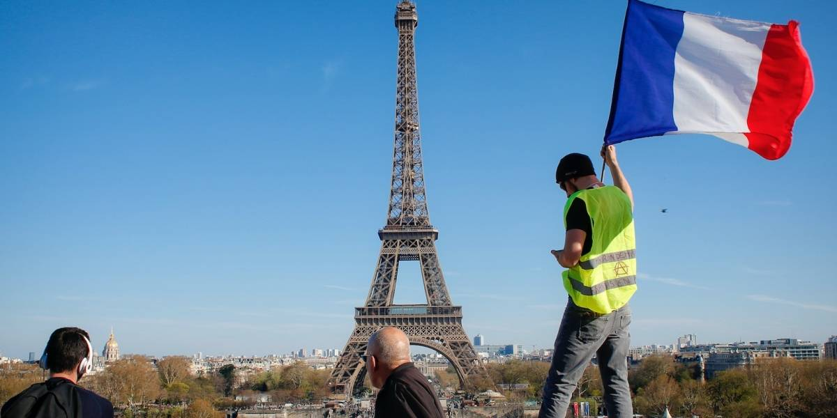 Torre Eiffel celebra sus 130 años con espectáculo de rayos láser