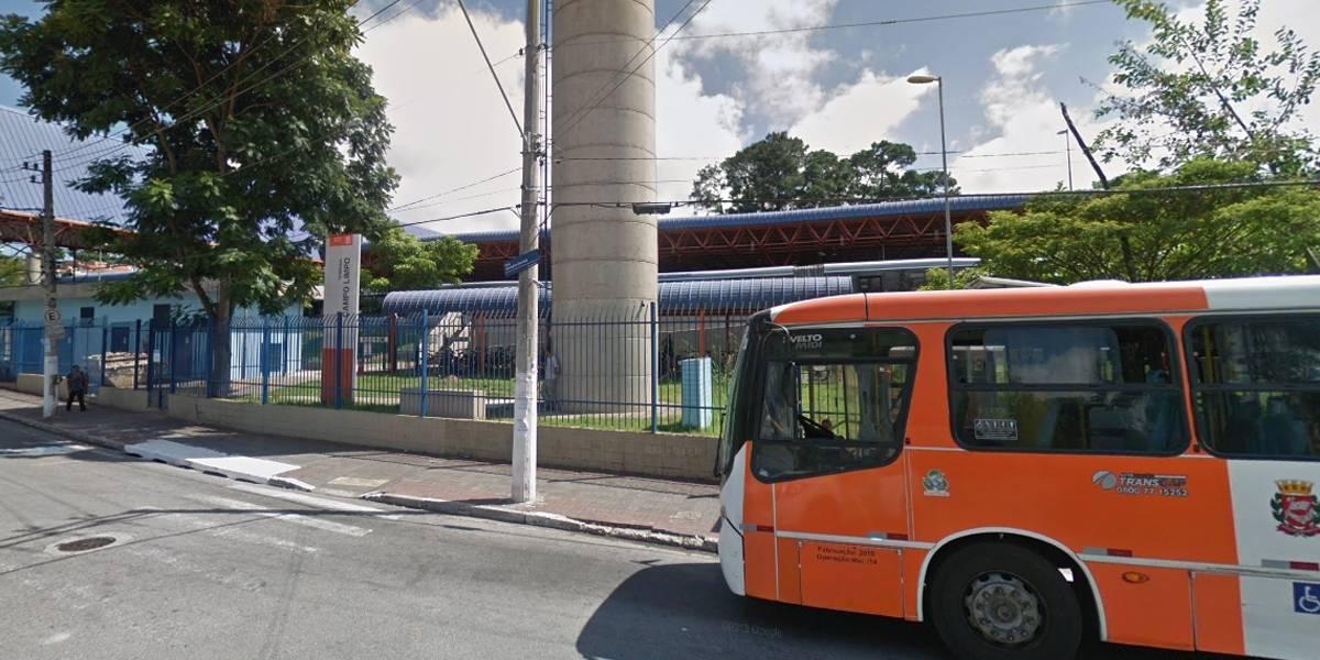 Motoristas e cobradores de ônibus protestam em terminal na zona sul de SP